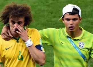 Thiago Silva réconforte David Luiz en pleurs